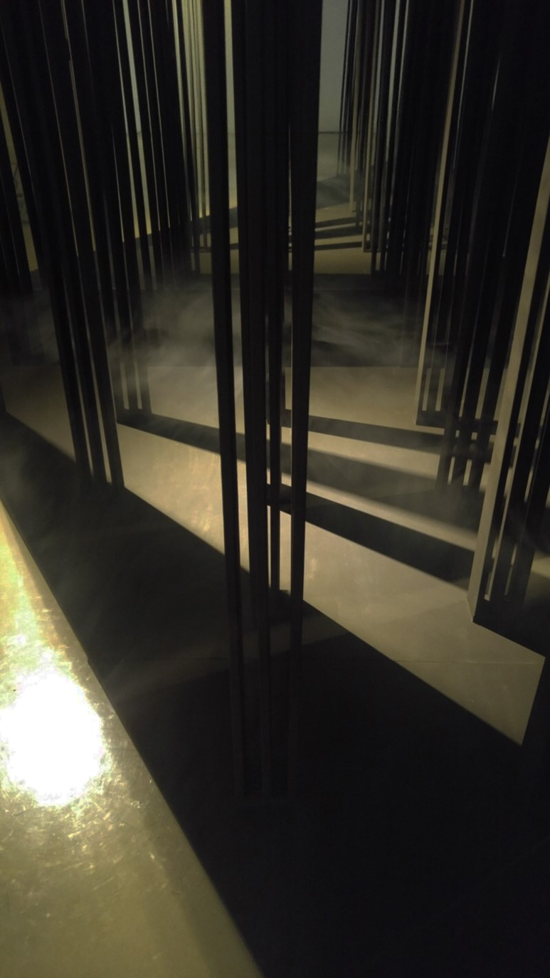 이마리아 Mariah Lee_Night Walker_wood, light, smoke, mixed media, sound_dimensions variable_2018